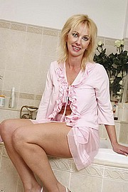 blondmilf01.jpg