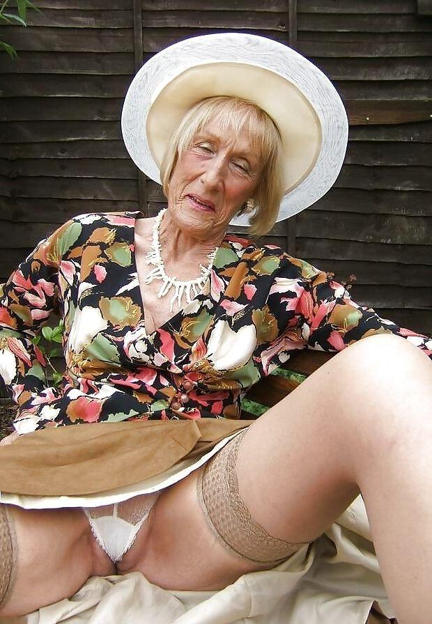 под юбок бабушек