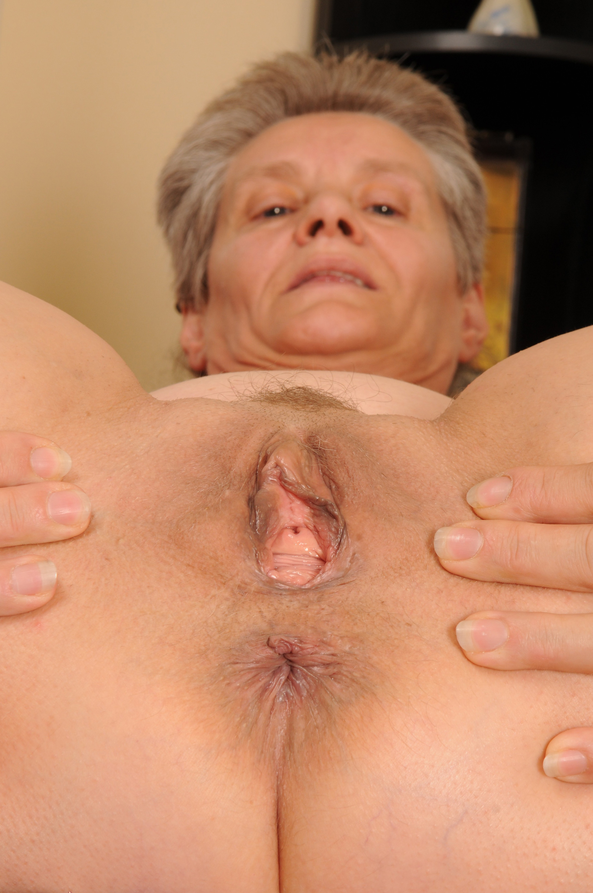 Granny onlinecam demonstrating my asshole closeup and delicately dipping