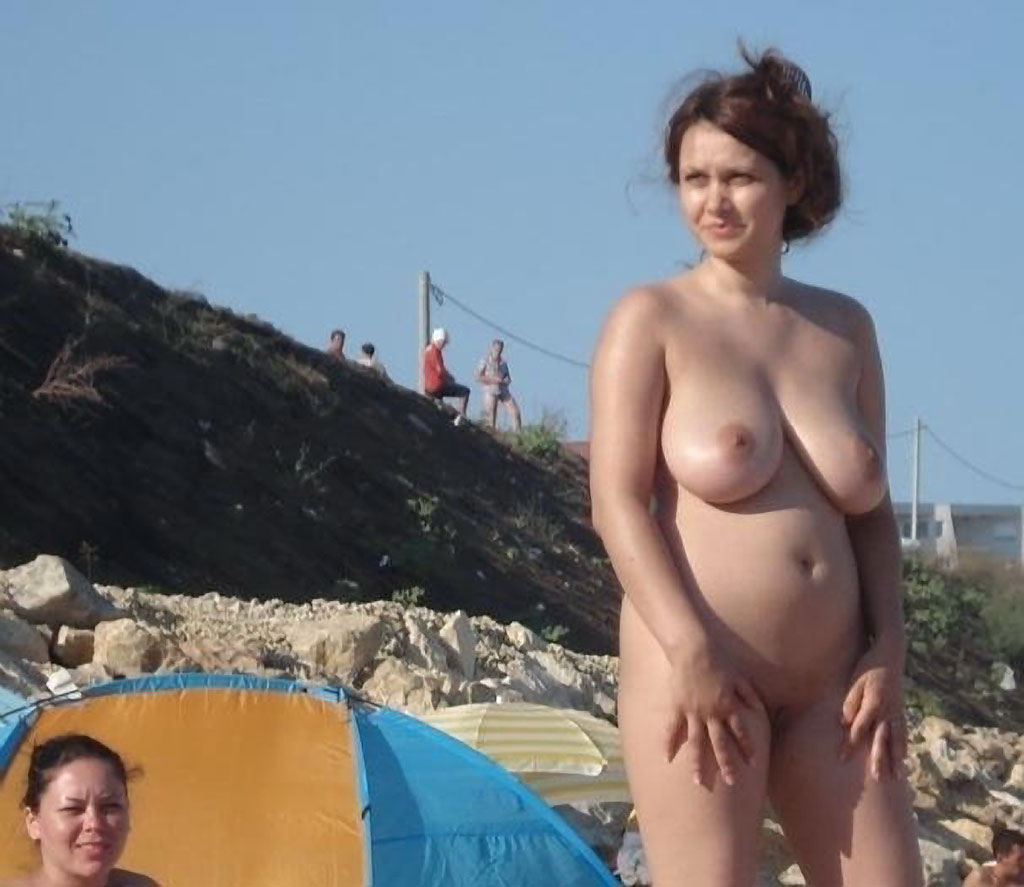 topless-beach-pregnant